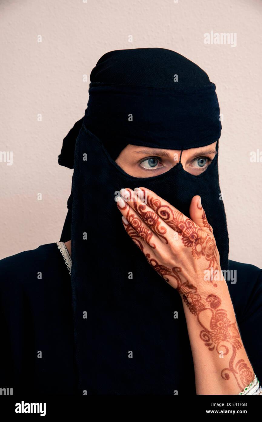 Porträt der Frau in Black Muslim Hijab und muslimischen Kleid, Hand, Mund, Hände mit Henna bemalt, im arabischen Stil Stockfoto