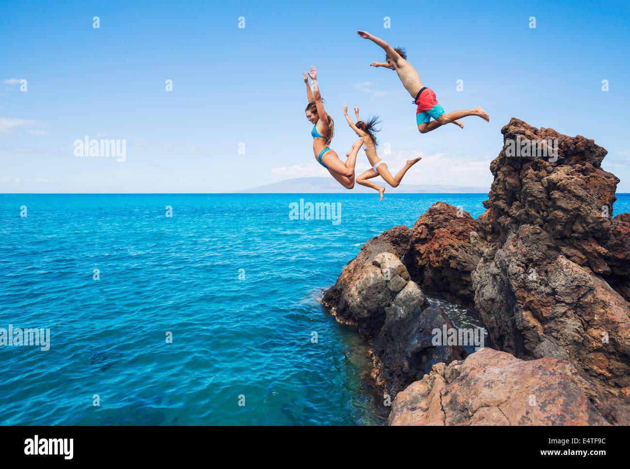 Sommer-Spaß, Freunde Klippen ins Meer springen. Stockbild
