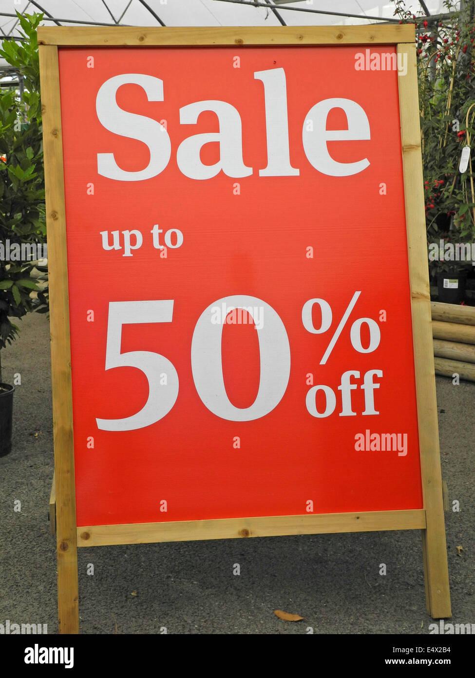 Garten-Center Verkauf zum halben Preis überschüssige Überbestände Pflanzen nur zur redaktionellen Stockbild