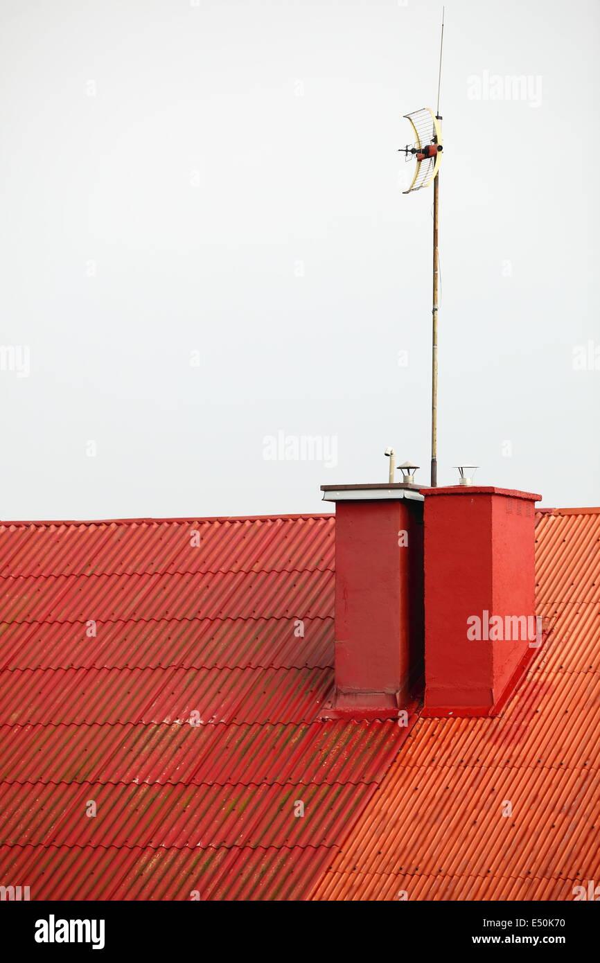 Antenne auf rotem Dach weißen Himmel Stockbild