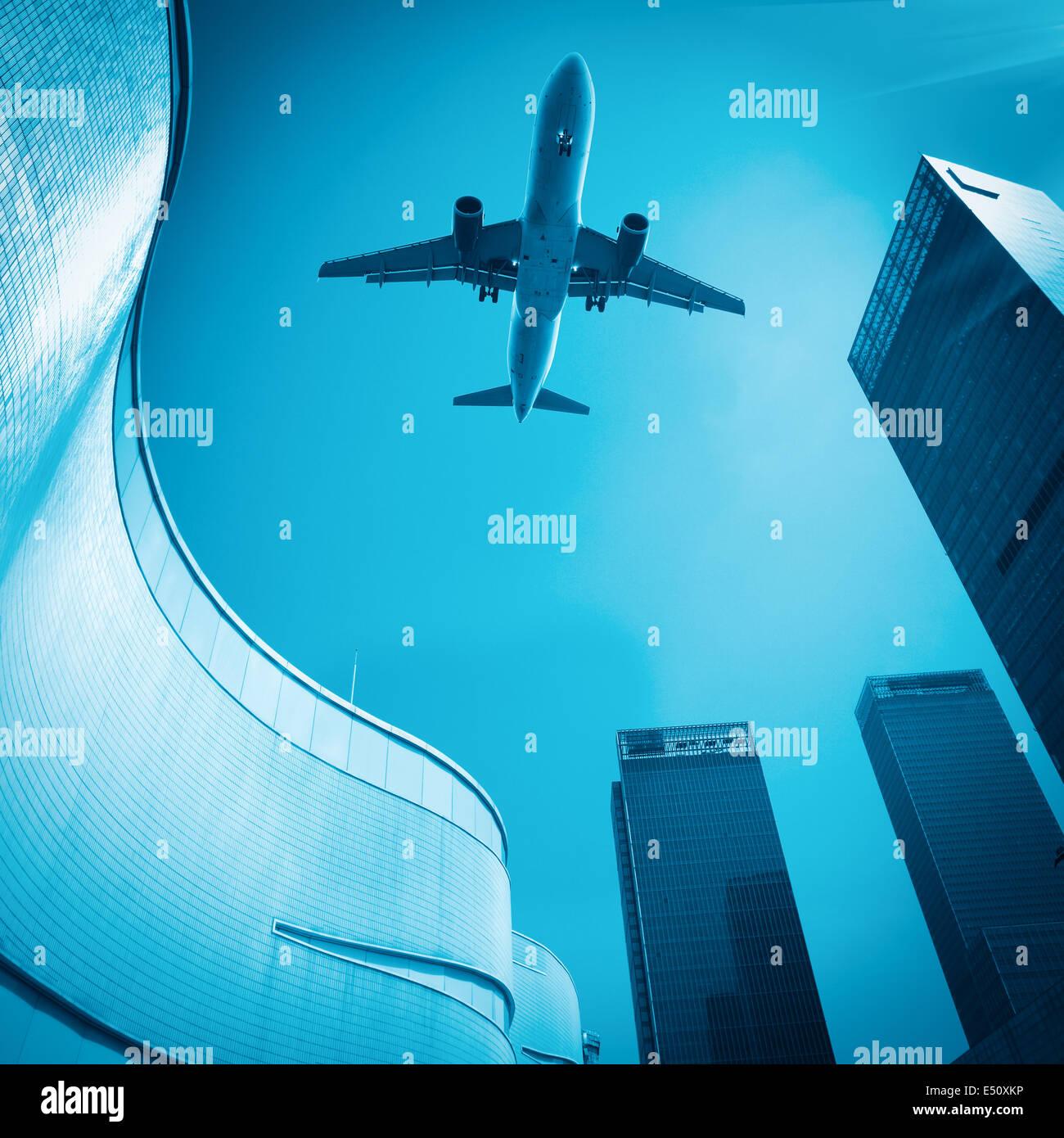 Flugzeug und moderne Gebäude Stockbild