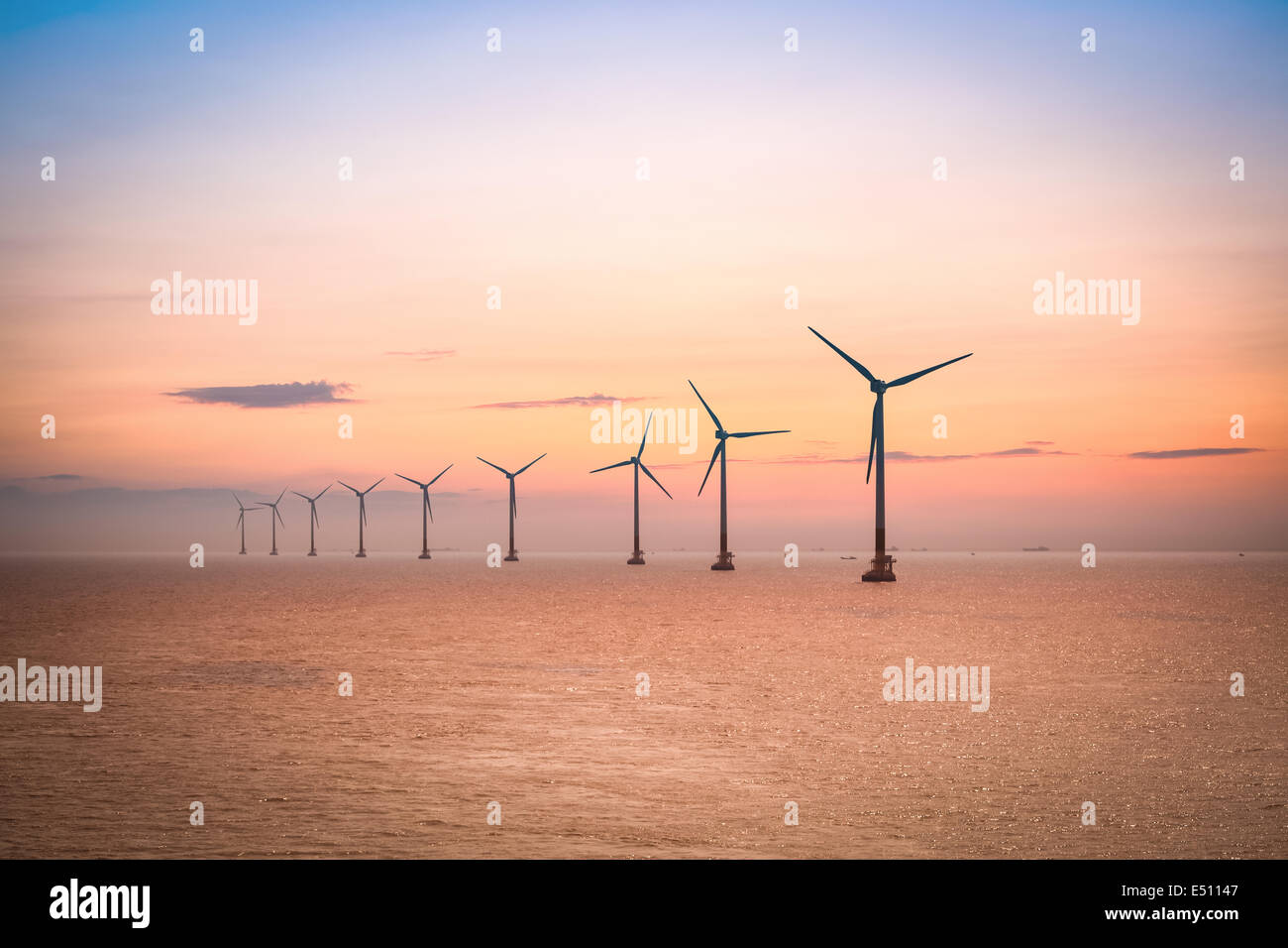 Offshore-Windpark in der Abenddämmerung Stockbild
