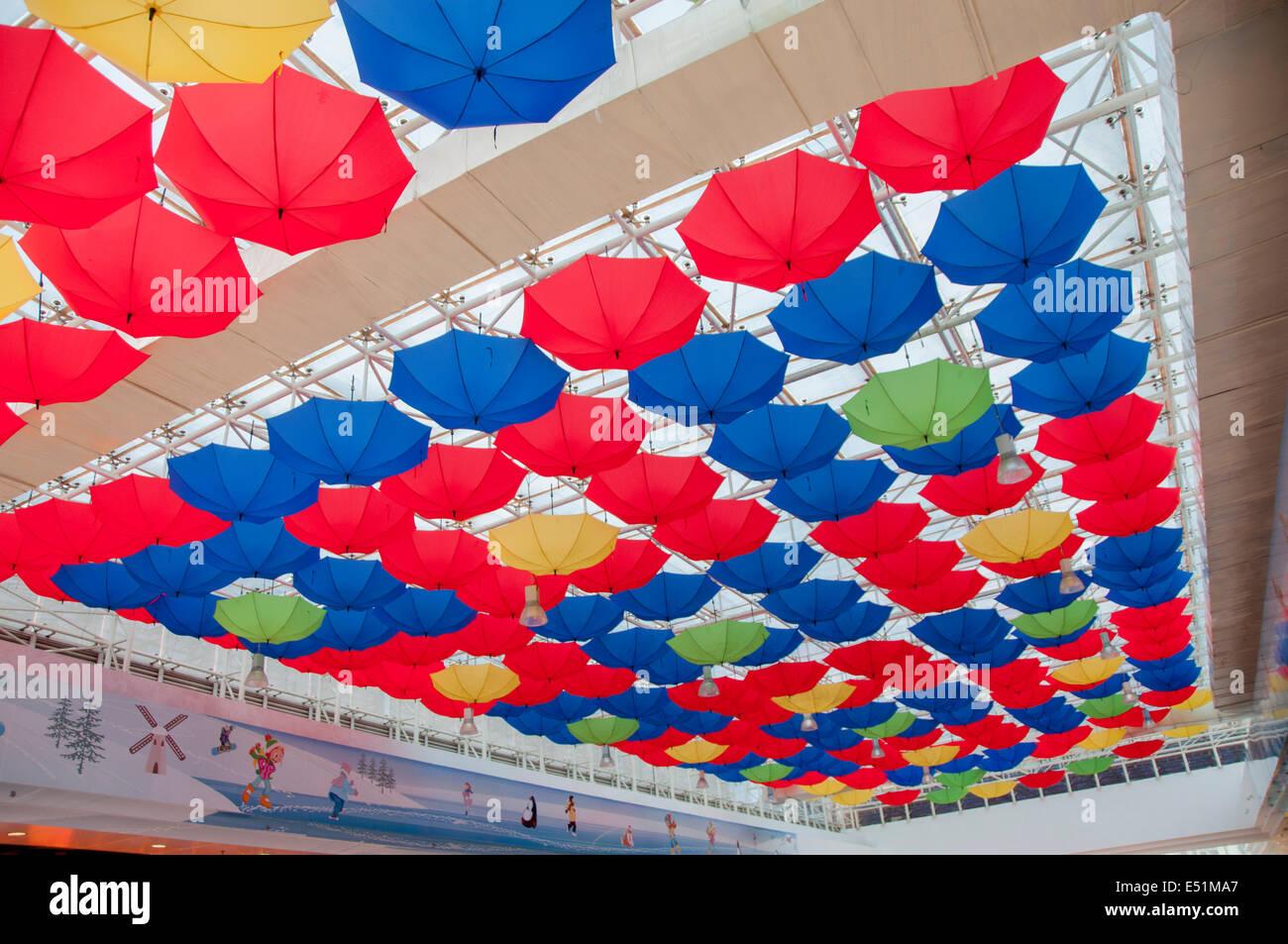 Bunte Regenschirme in Dach hängen Stockbild