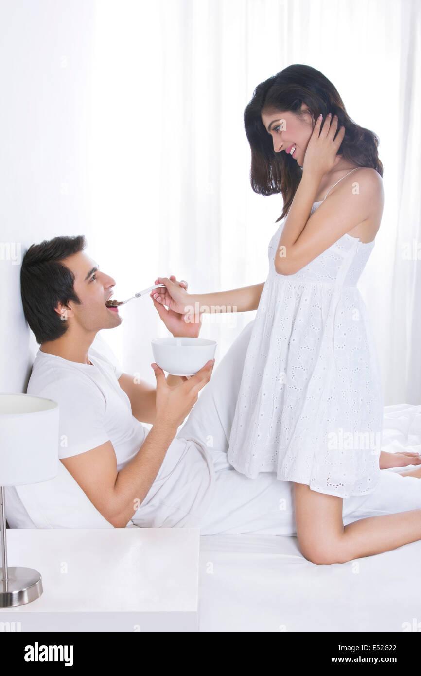 seitenansicht der romantische frau f tterung mann im bett stockfoto bild 71971258 alamy. Black Bedroom Furniture Sets. Home Design Ideas