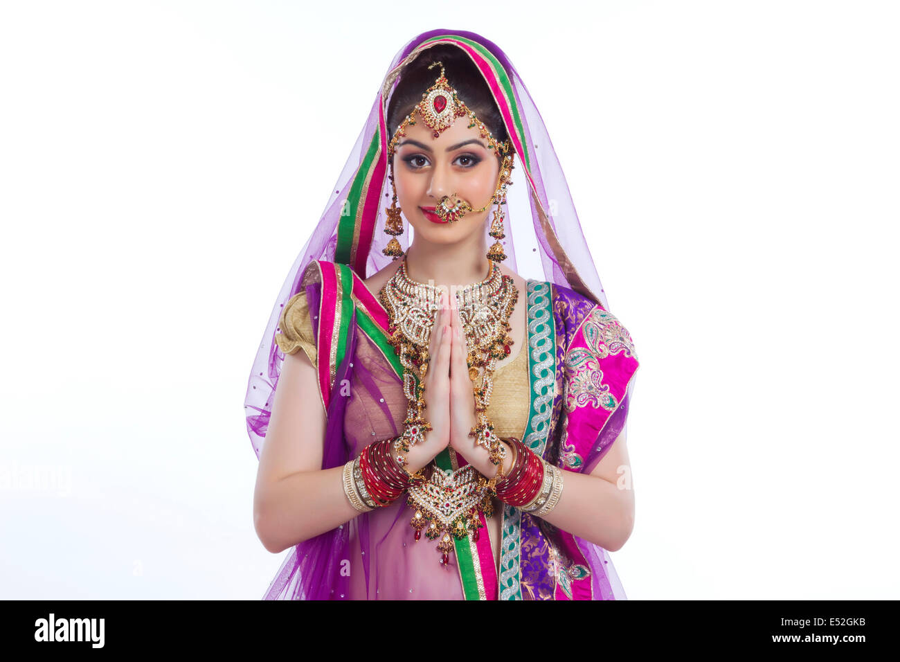 Porträt von schöne indische Braut Gruß auf weißem Hintergrund ...