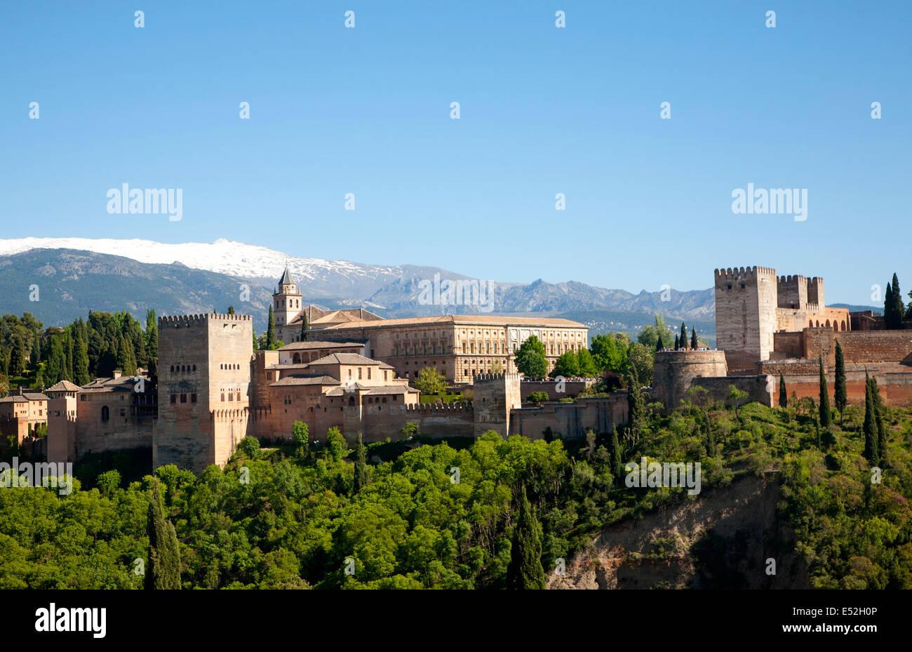 Schneebedeckte Gipfel der Berge der Sierra Nevada und die Alhambra, Granada, Spanien Stockbild