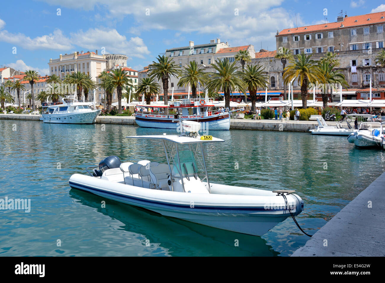 Wassertaxi und andere Boote vertäut im Hafen von Split in Kroatien Stockbild