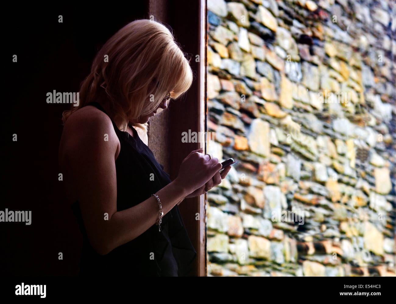 Irische Frau mit einem Smart Phone. Stockbild
