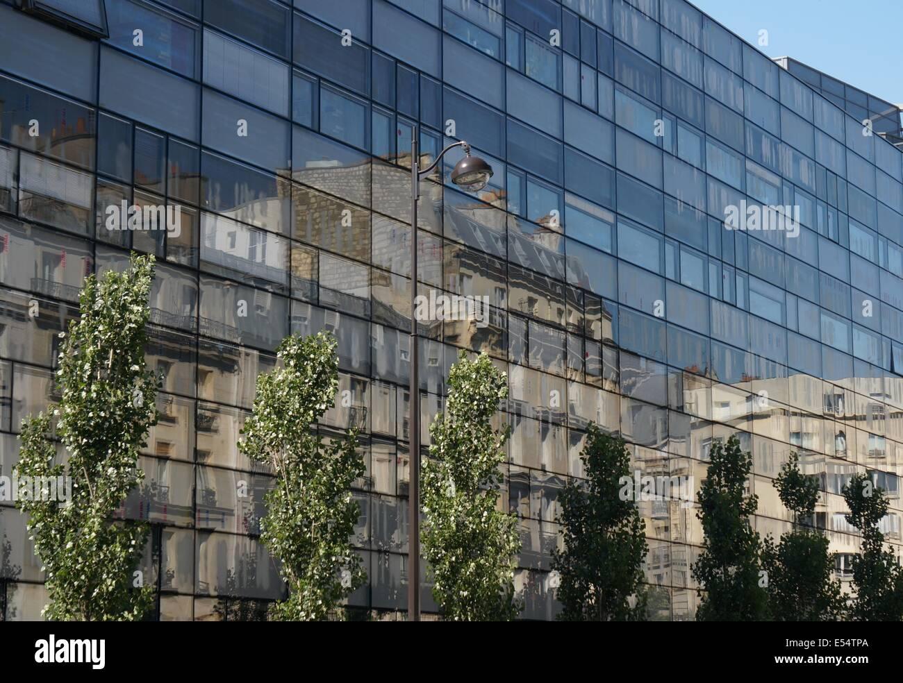 Traditionelle Paris Mehrfamilienhauser Mit Balkon Spiegelt Sich In