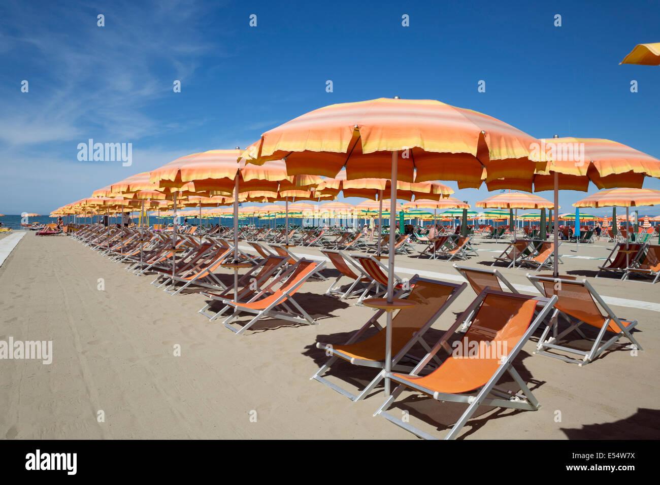 Strand Sonnenschirme und Liegestühle, Viareggio, Toskana, Italien, Europa Stockbild