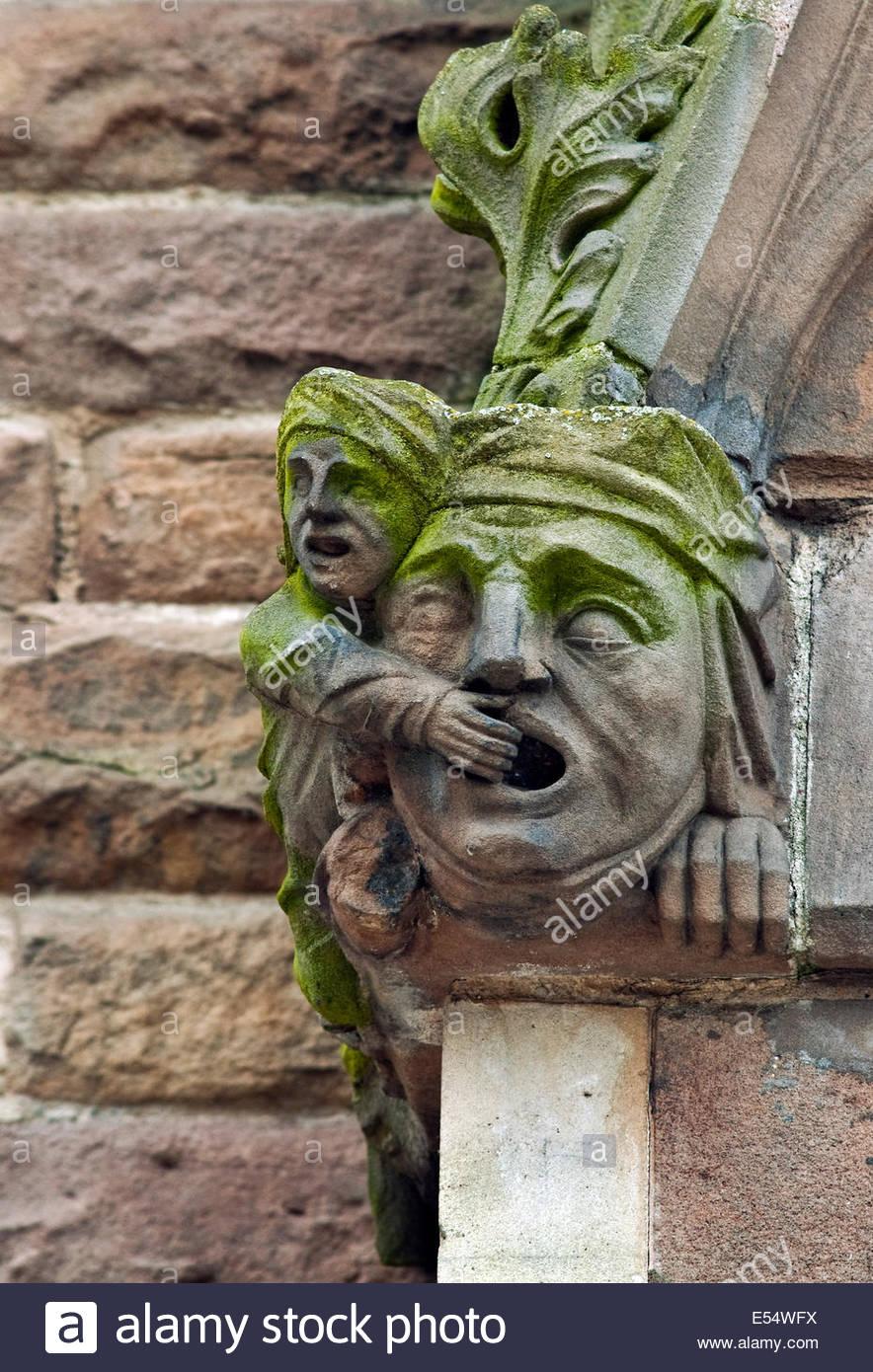 Architektonisches Detail der St. Martin Kirche in Birmingham, England, zeigt einen Mann, der den Mund zu einer großen Stockbild