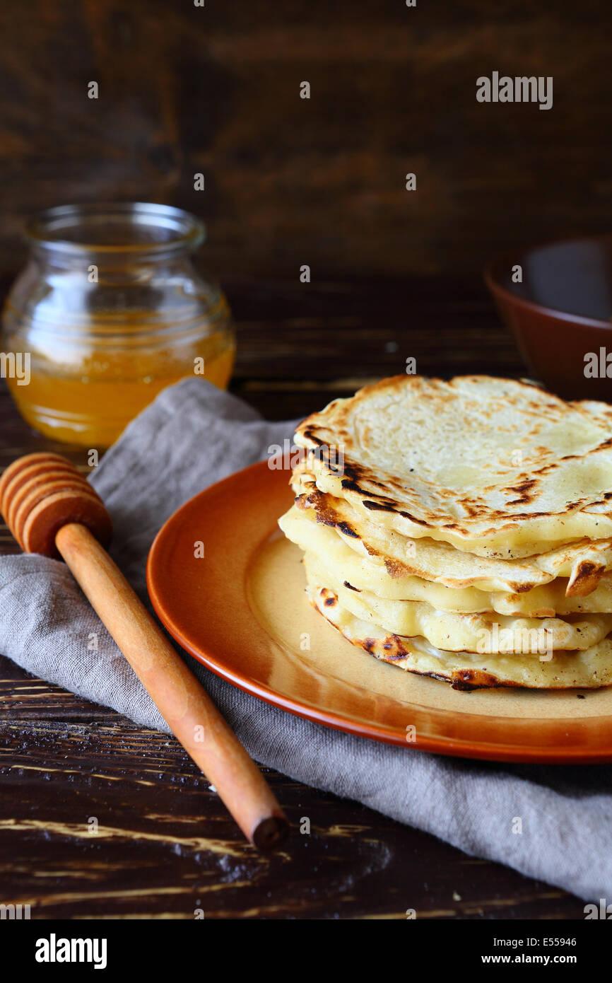 einfache rustikale Pfannkuchen auf Teller, Essen Nahaufnahme Stockbild
