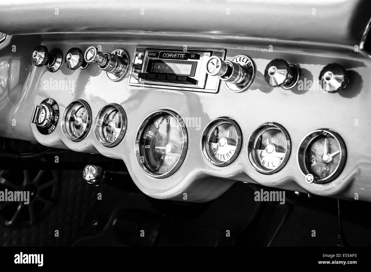 Armaturenbrett oldtimer  Armaturenbrett eines Sportwagens Chevrolet Corvette (C1). Schwarz ...