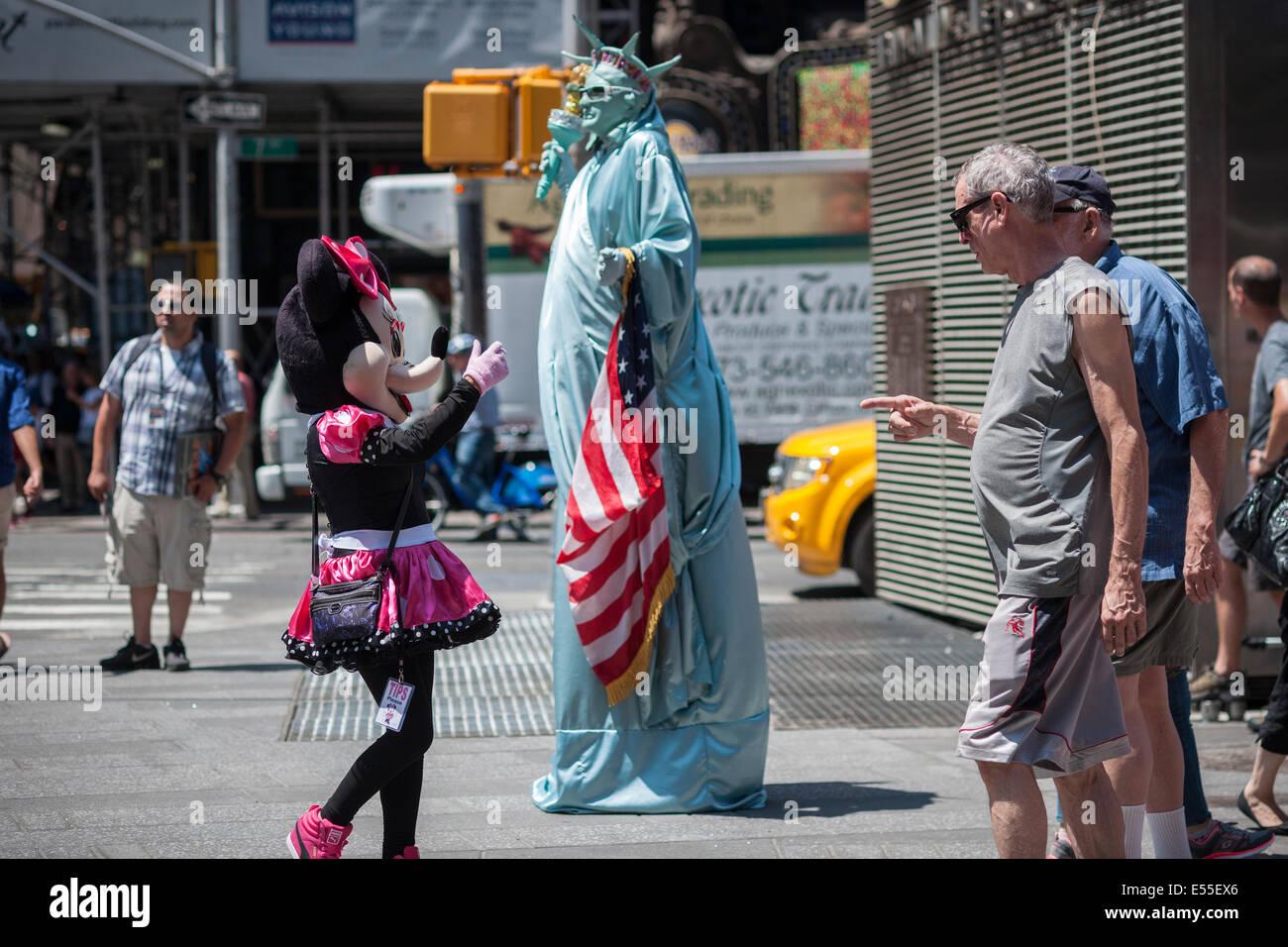 In Kostümen schwärmen Times Square in New York auf Freitag, 18. Juli 2014. Stockbild
