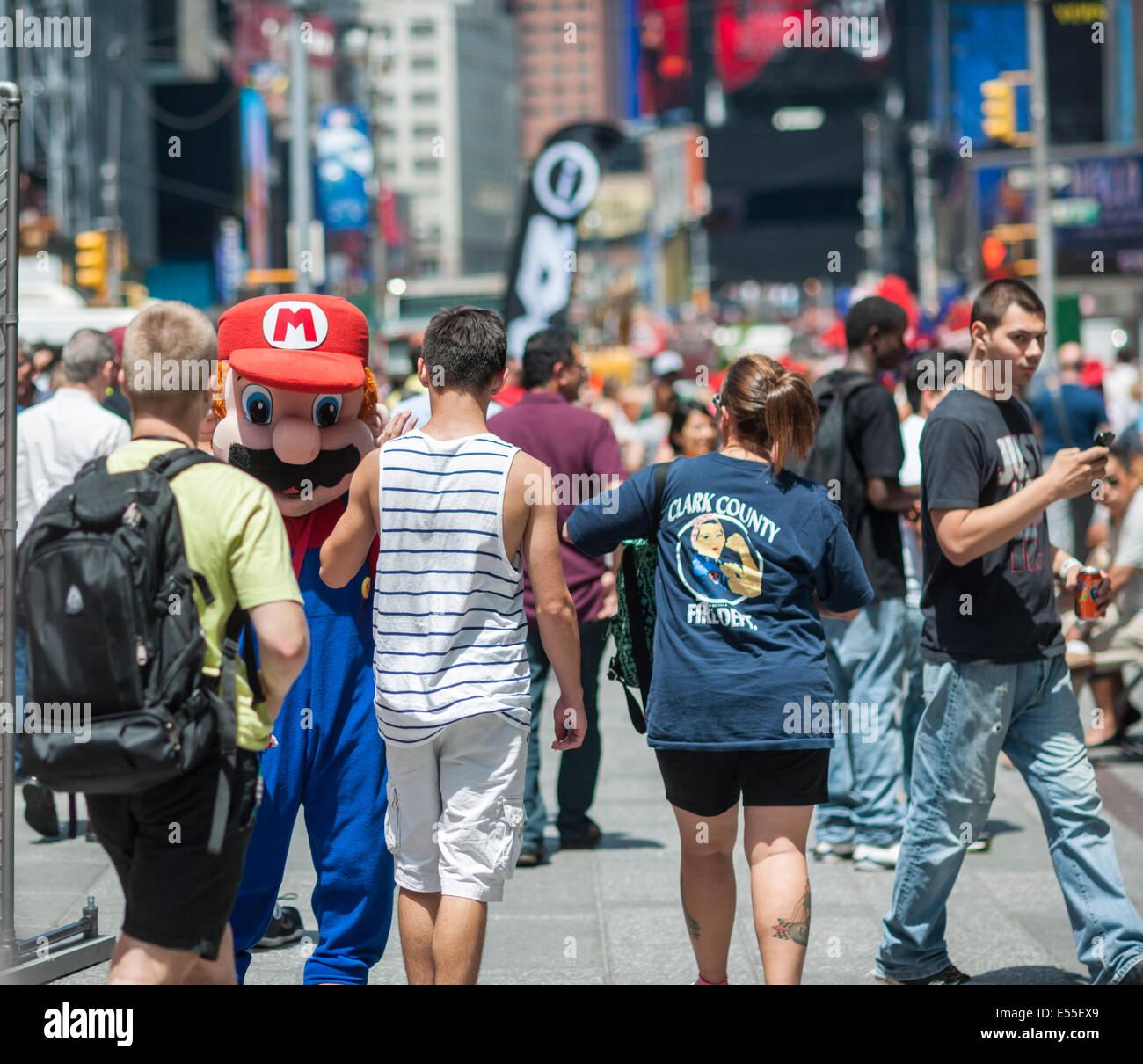 Super Mario bittet Touristen auf dem Times Square in New York auf Freitag, 18. Juli 2014. Stockbild