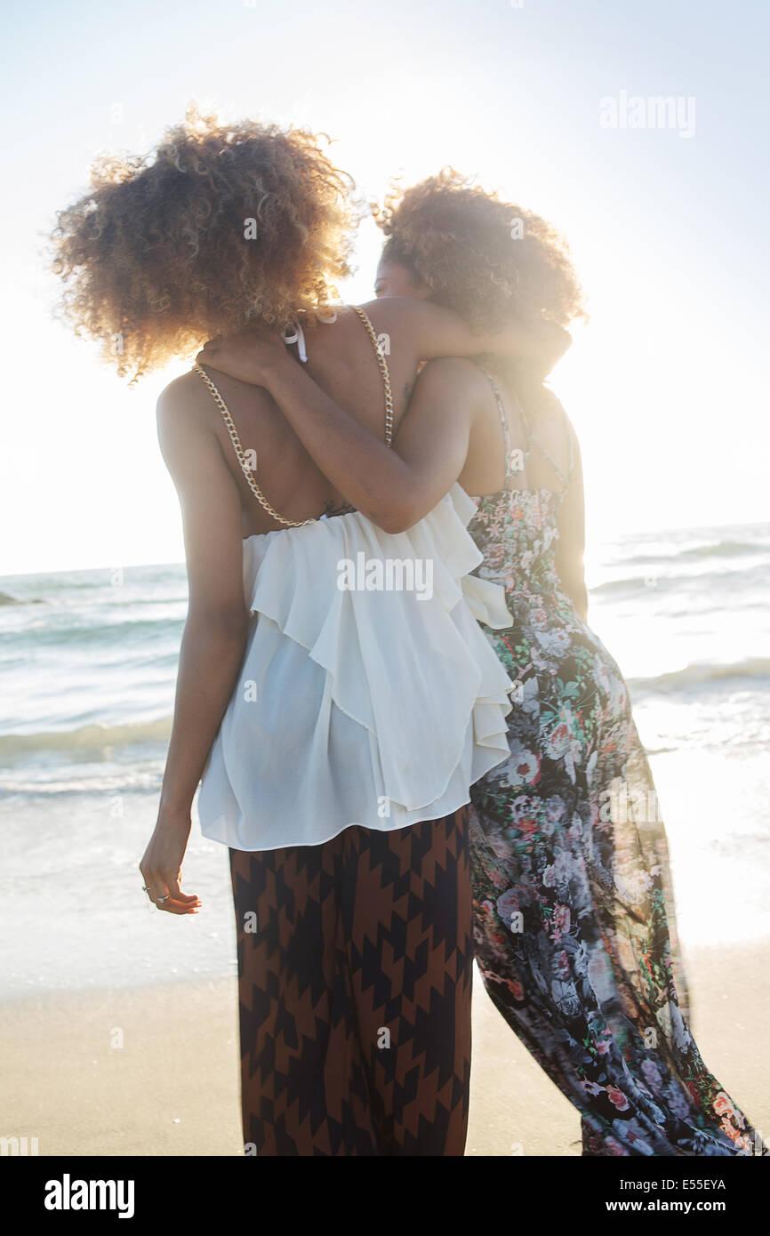 Zwei afroamerikanische Freundinnen genießen Zeit in Venice Beach, Kalifornien. Stockbild