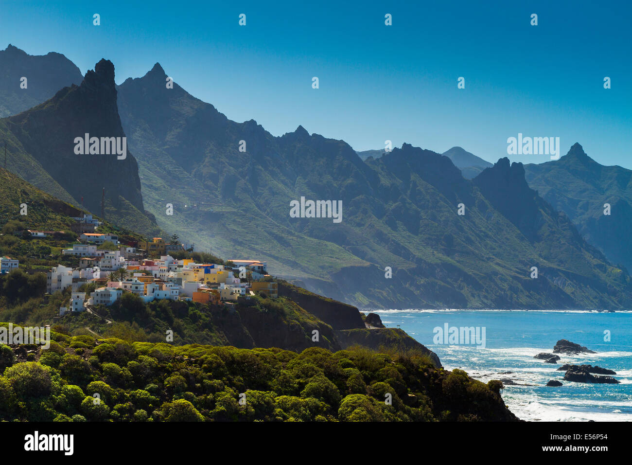 Taganaga Dorf und Klippen. Santa Cruz De Tenerife, Teneriffa, Kanarische Inseln, Atlantik, Spanien. Stockbild
