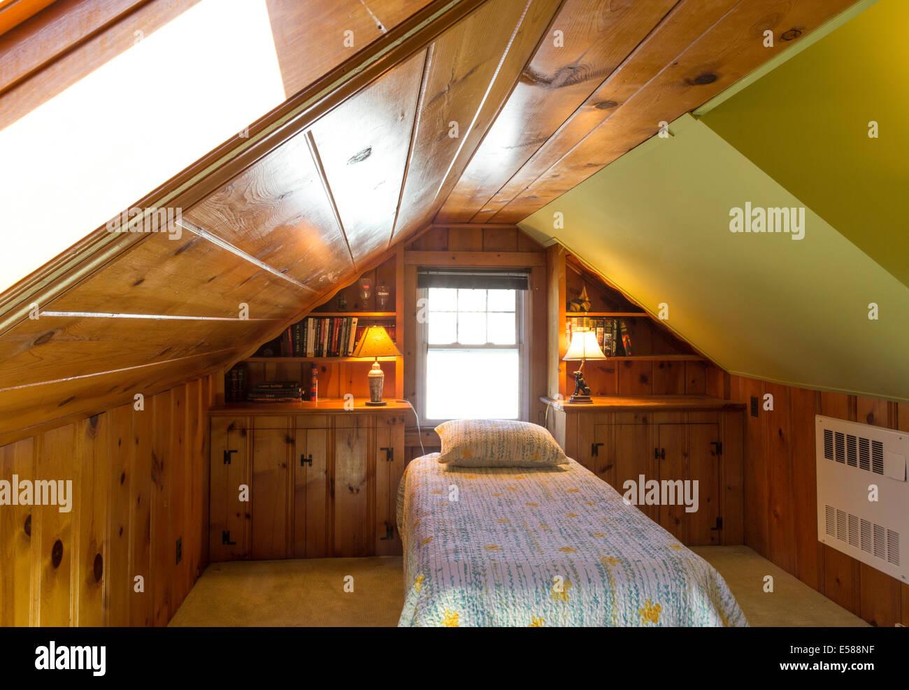 Holzvertäfelte Dachgeschoss Schlafzimmer Mit Dachschräge, Einzelbett,  Wohngebäude, Wohn Haus, USA