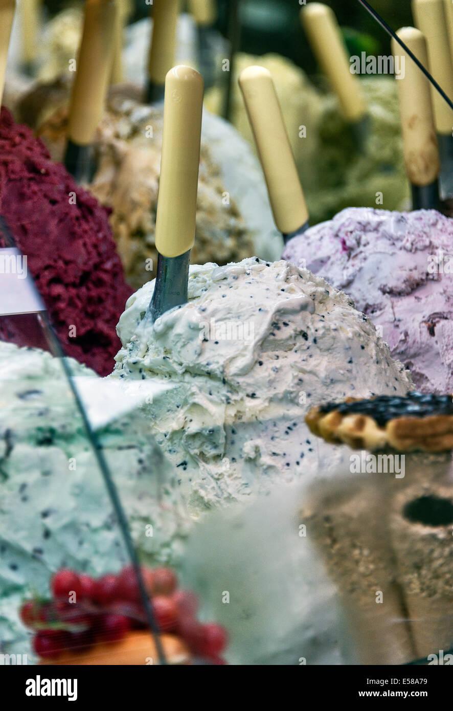 Eine Vielzahl von Eis Aromen im Anbieter Shop, Florenz, Italien Stockfoto