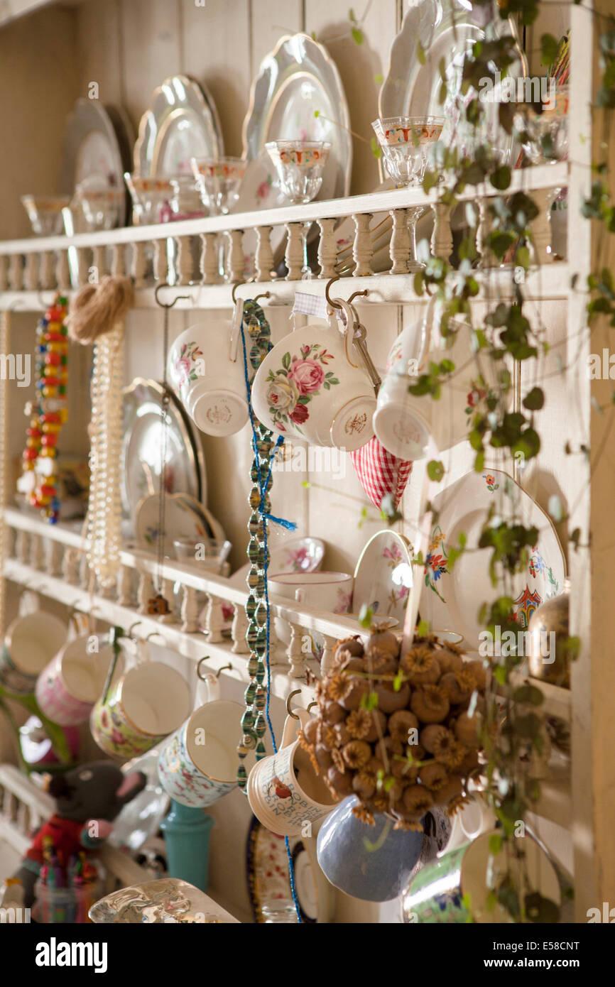 Küche-Kommode im Haus des Schriftstellers Laetitia Maklouf, London, UK Stockbild