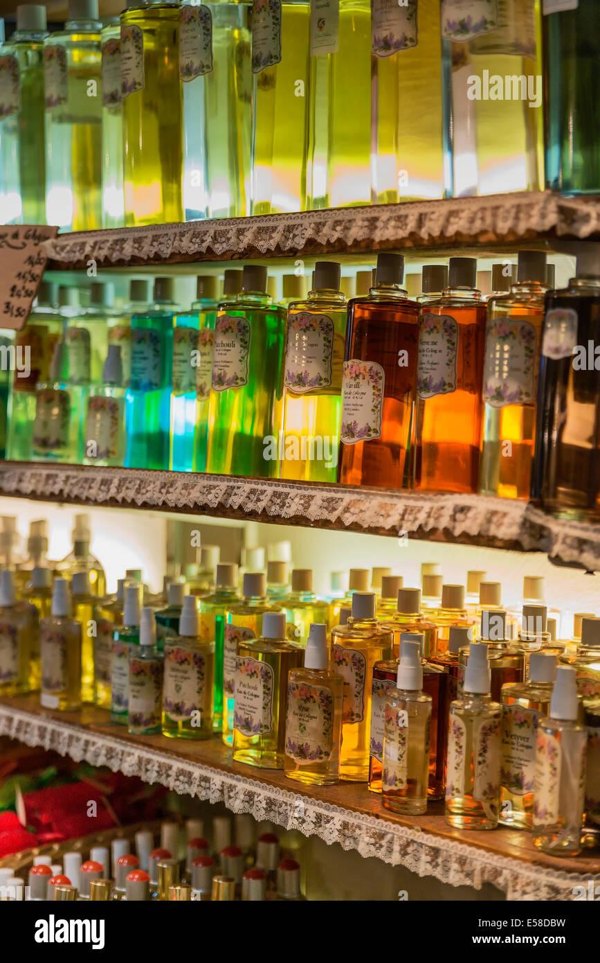 Duft Mischung in einer Parfümerie shop, Gourdon, Provence, Frankreich Stockbild