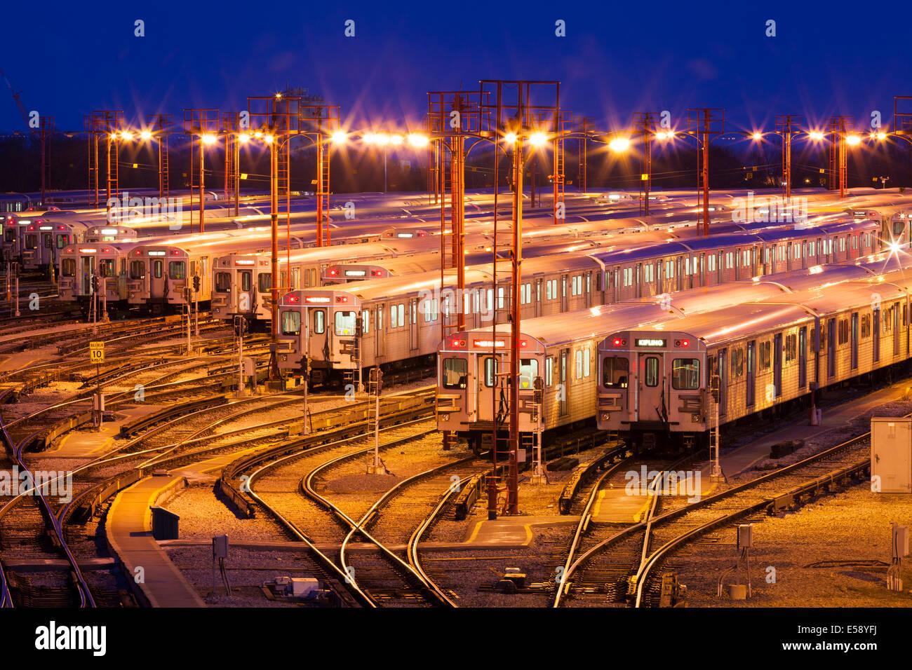 Die Greenwood U-Bahn Yards in der Dämmerung zu sehen. Toronto, Ontario, Kanada. Stockfoto