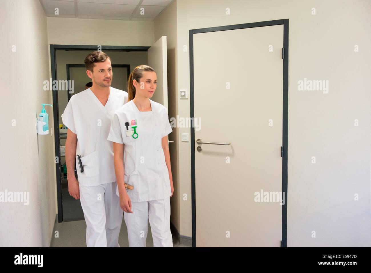 Arzt und Krankenschwester in einem Krankenhausflur Stockbild
