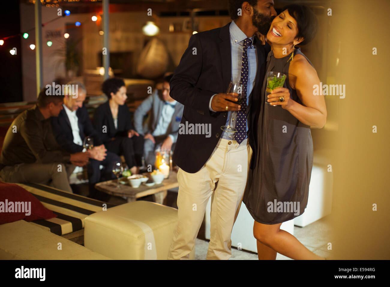 Paar Küssen auf party Stockbild