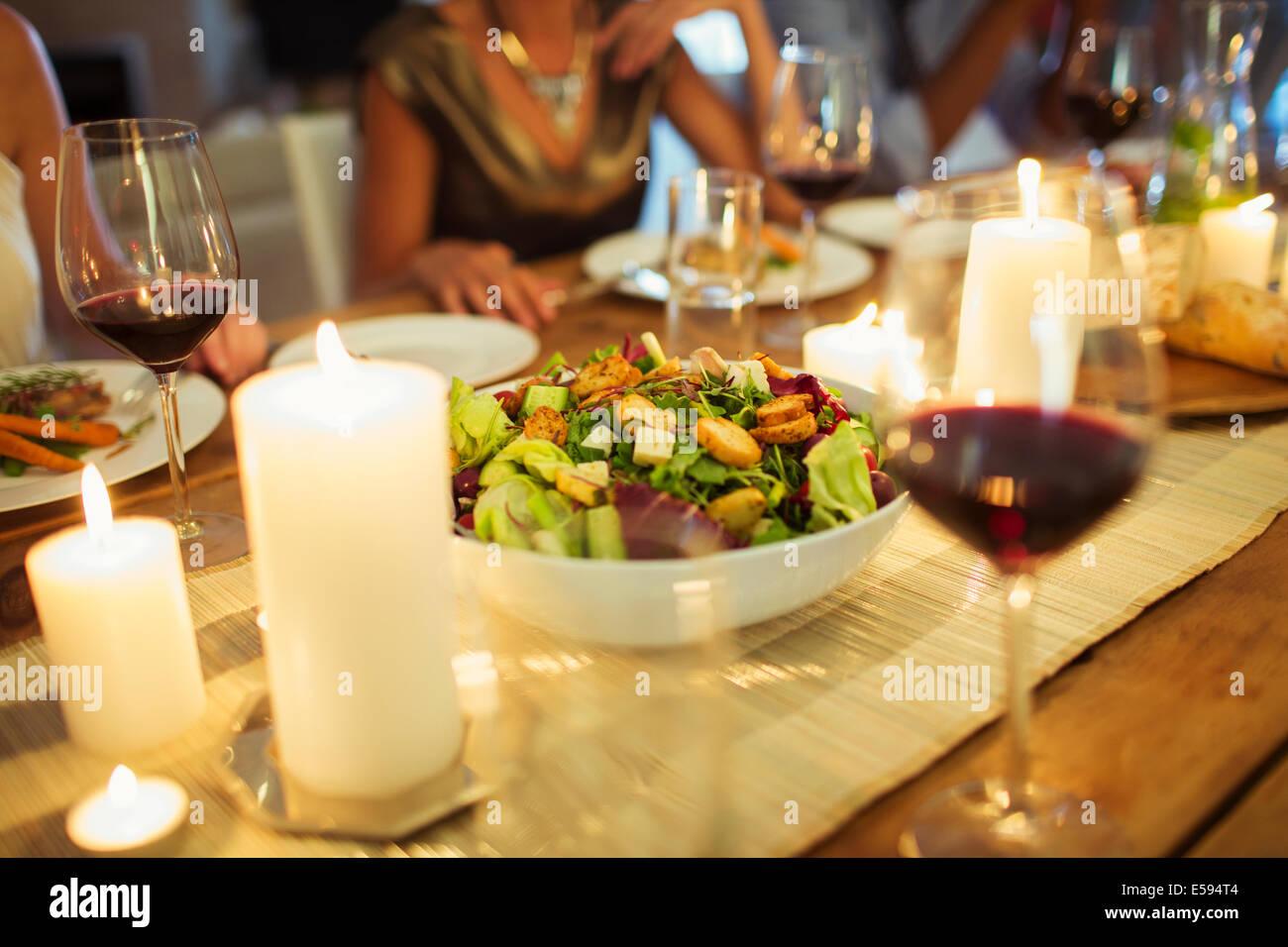 Salatschüssel auf Tisch bei der Dinner-party Stockbild
