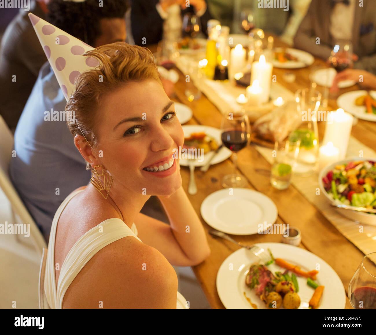 Frau lächelnd an Geburtstagsparty Stockbild