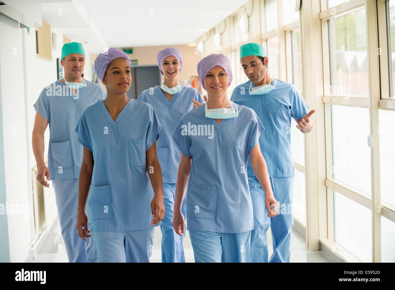 Ärzteteam zu Fuß auf dem Flur eines Krankenhauses Stockbild
