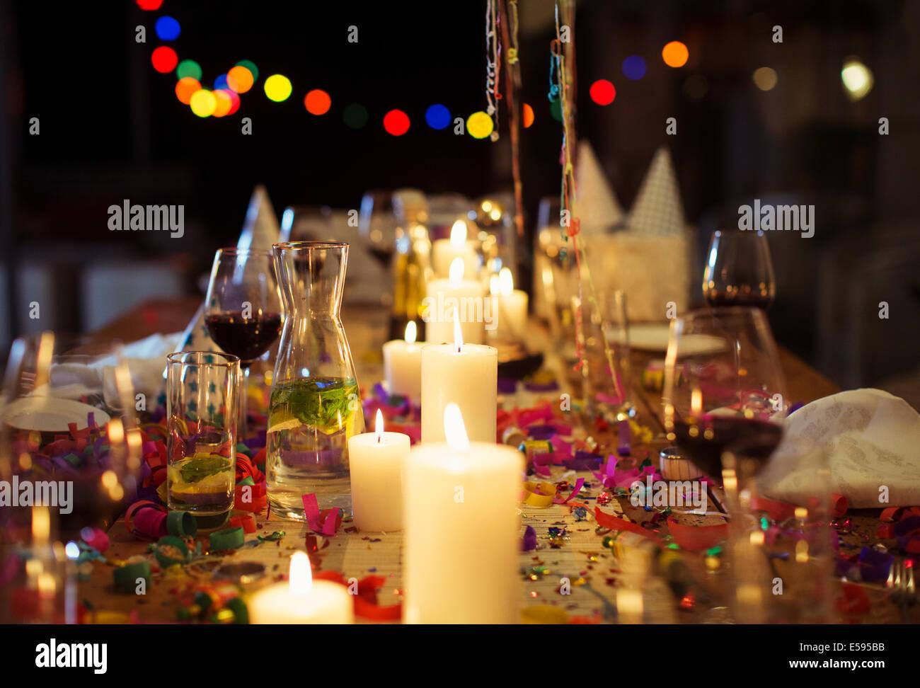 Brennende Kerzen auf Tisch auf party Stockbild