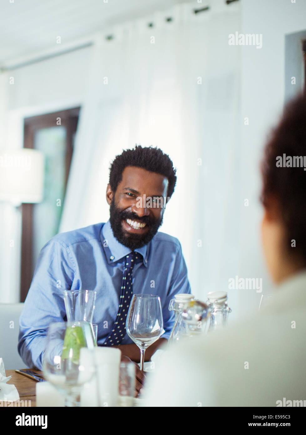 Paar gemeinsam am Tisch essen Stockbild