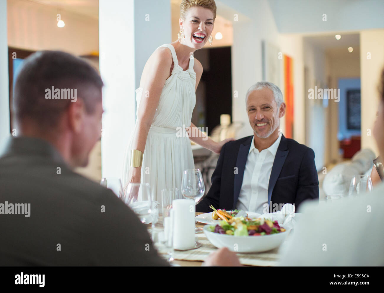 Paar, lachen über Dinner-party Stockfoto