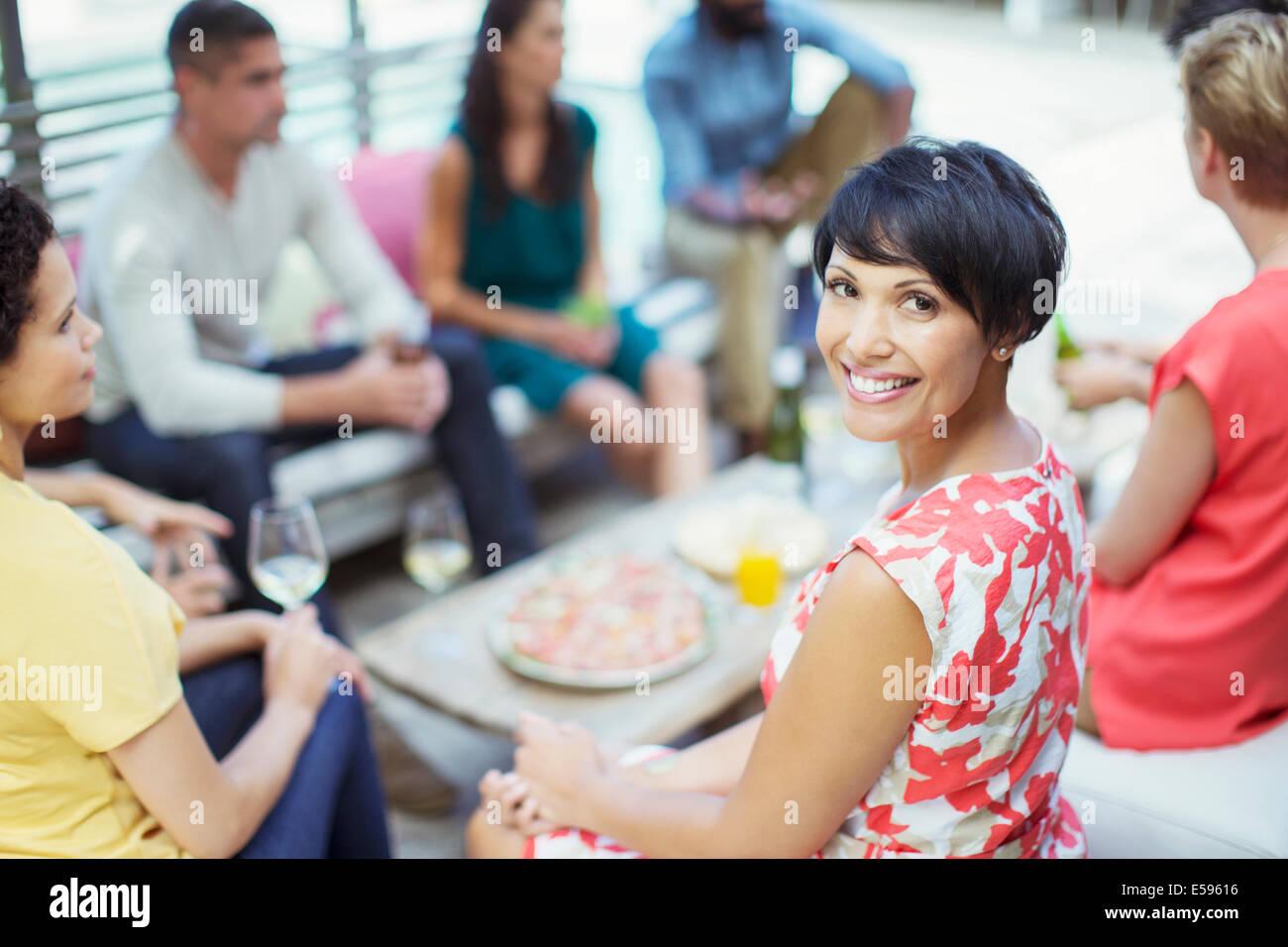 Frau lächelnd auf party Stockbild