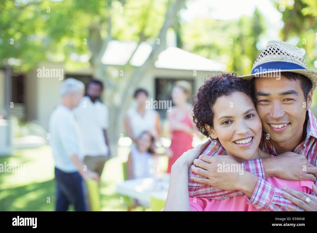 Paar umarmt auf party Stockbild