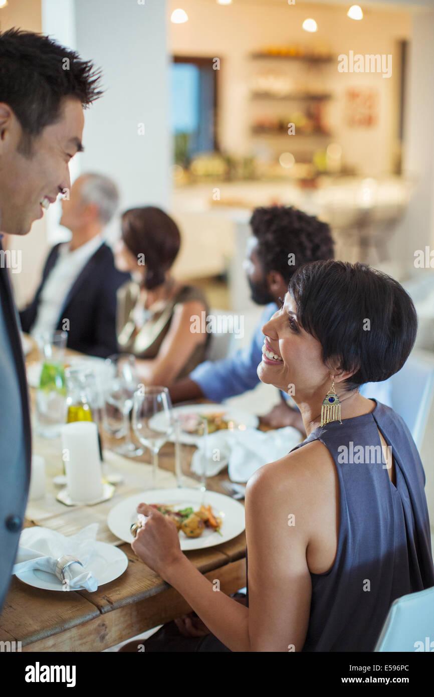 Paar sprechen bei Dinner-party Stockbild
