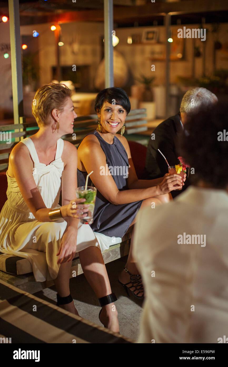 Frauen, die entspannend auf party Stockbild