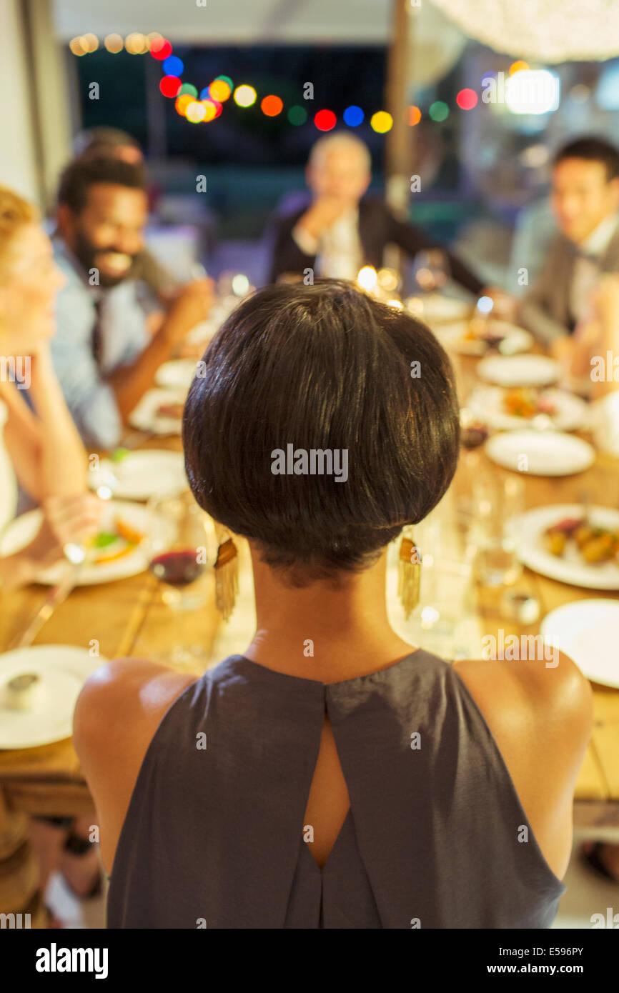 Frau sitzt bei Dinner-party Stockbild