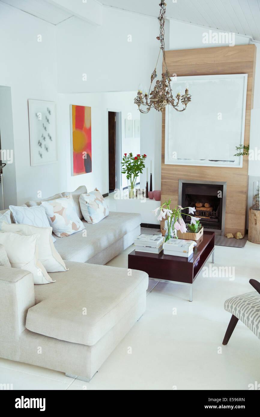 Sofa, Couchtisch und Kamin im modernen Wohnzimmer Stockbild