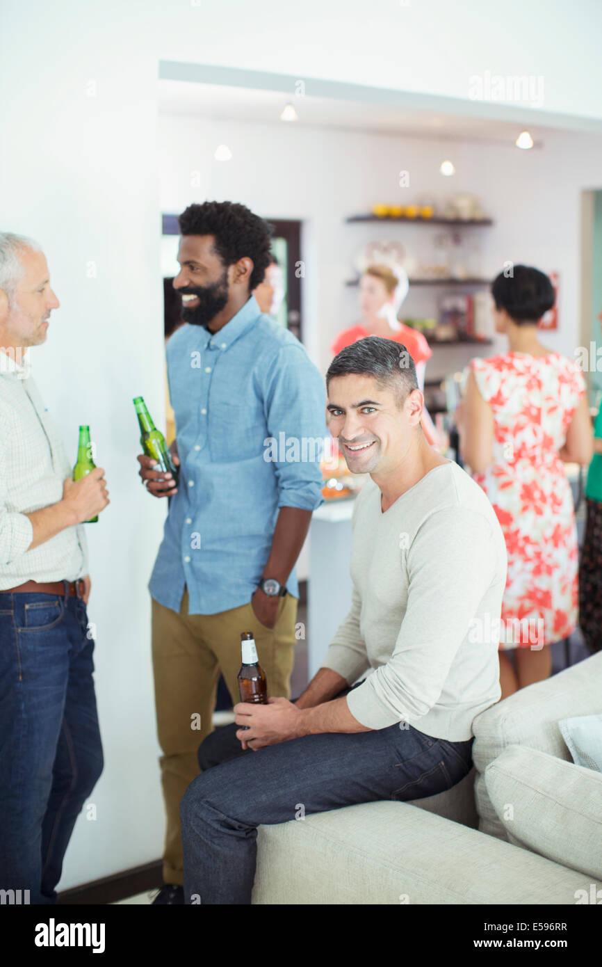 Männer, die entspannend auf party Stockbild