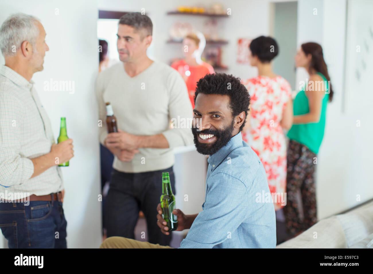 Mann lächelnd auf party Stockbild