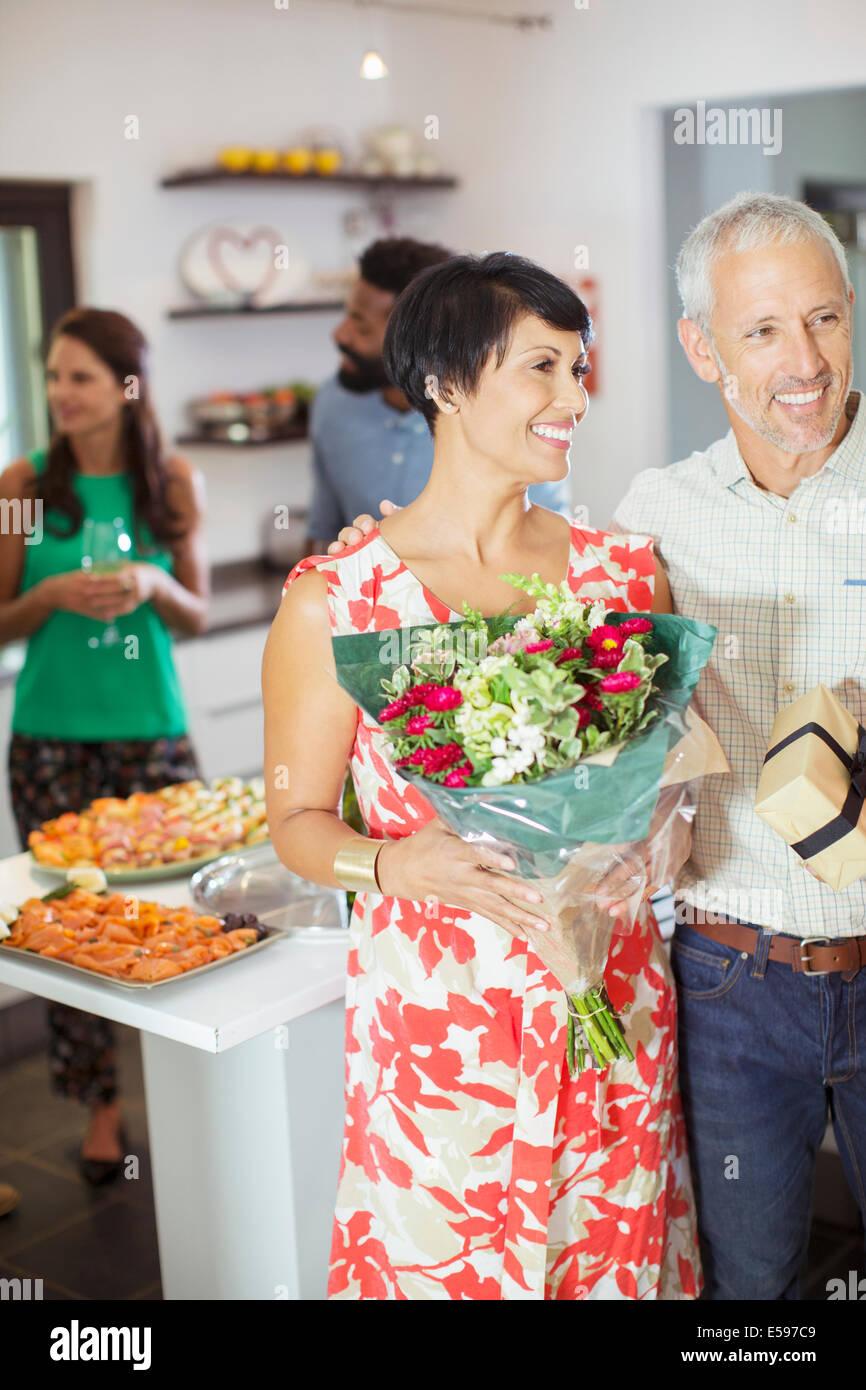 Paar mit Geschenken auf party Stockbild
