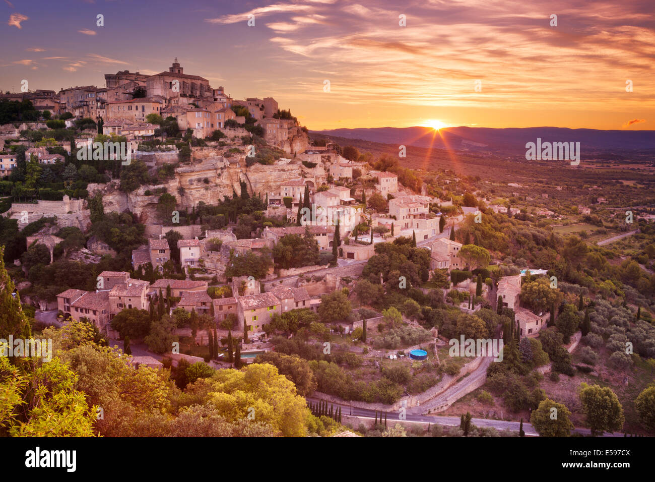 Das historische Dorf Gordes in der Provence, Frankreich bei Sonnenaufgang Stockbild