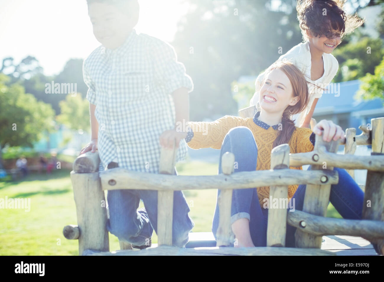 Babysitter und die Kinder spielen im freien Stockbild