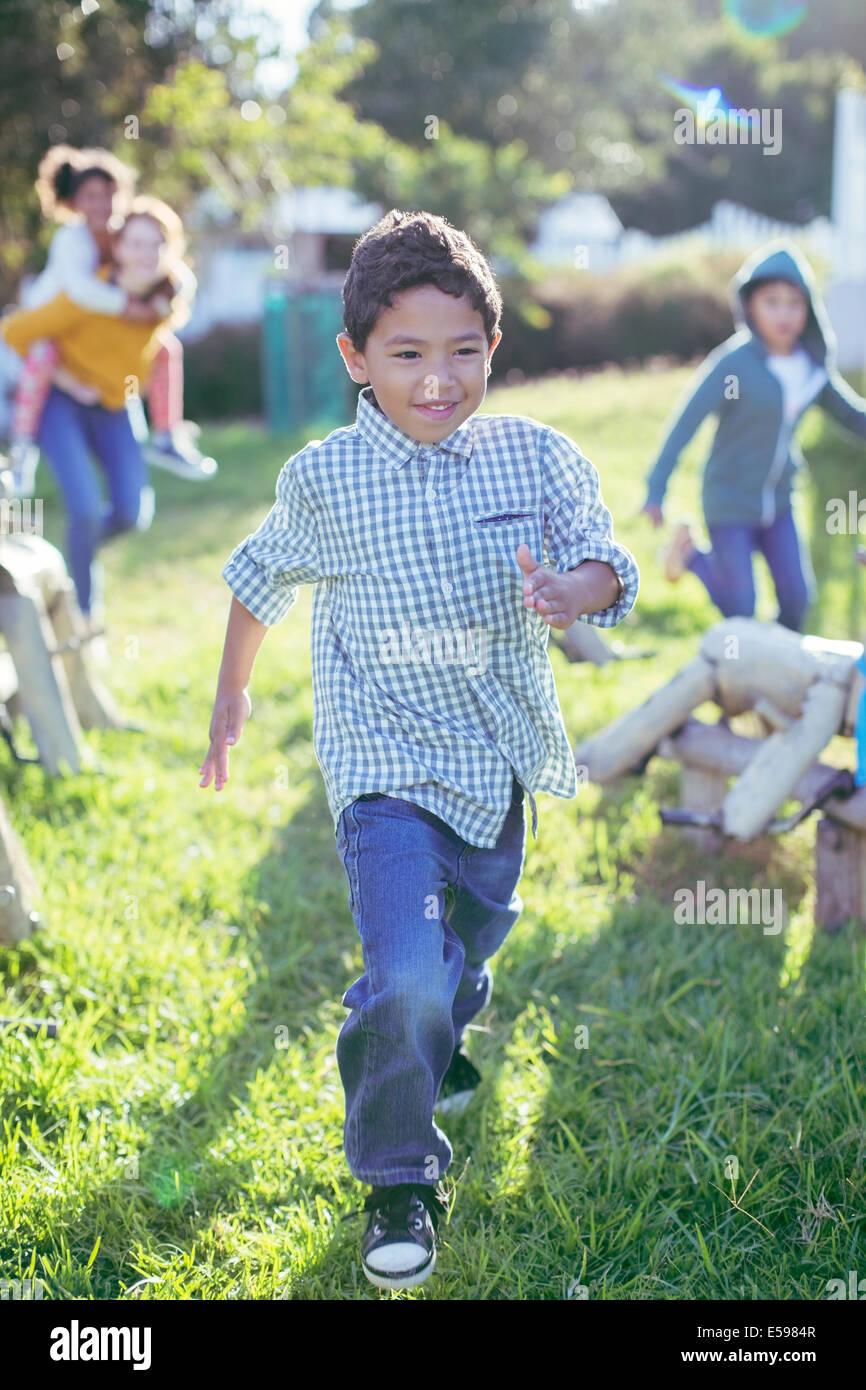 Junge Wandern in Rasen im freien Stockbild