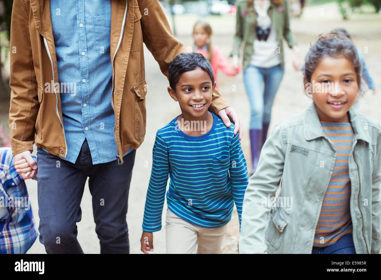 Schüler und Lehrer walking im freien Stockbild