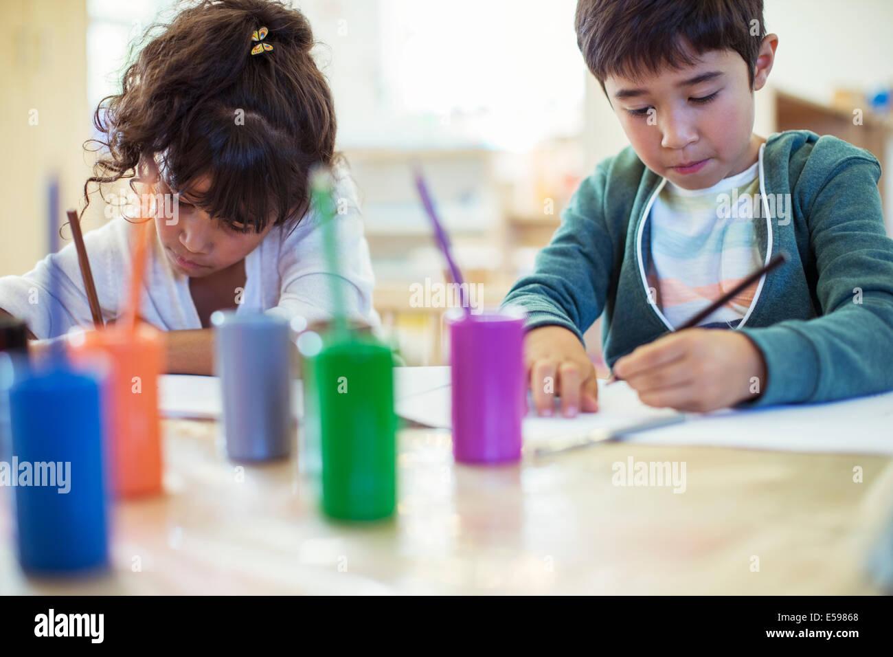 Schüler im Klassenzimmer Malerei Stockbild