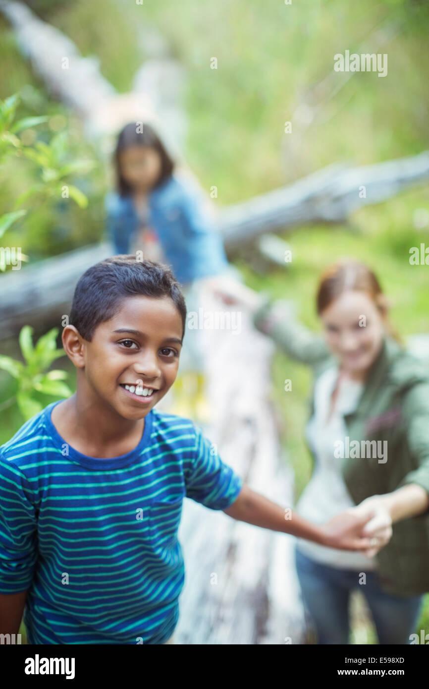 Schüler und Lehrer, die zu Fuß in Wald Stockbild