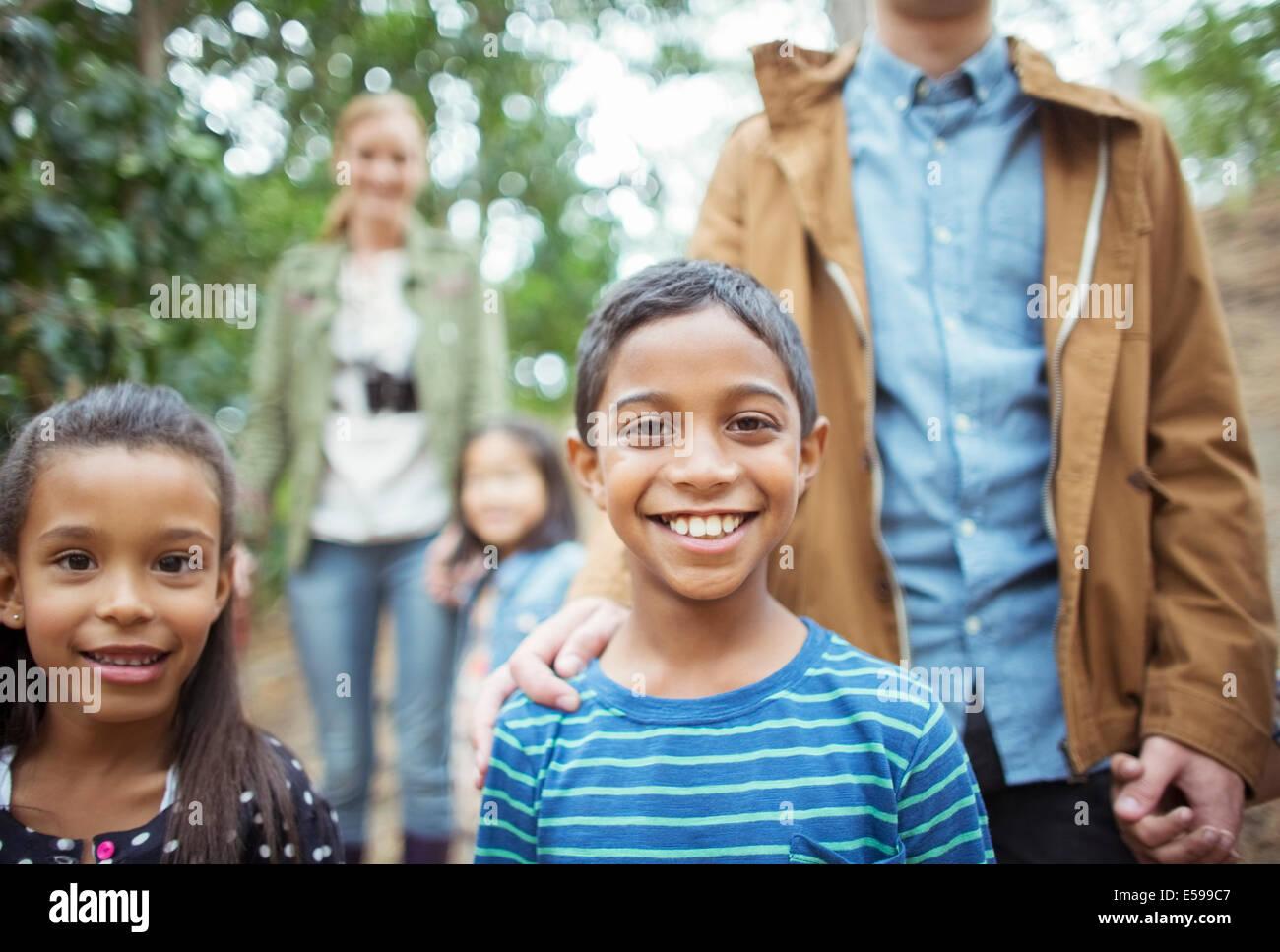 Schüler und Lehrer lächelnd in Wald Stockbild